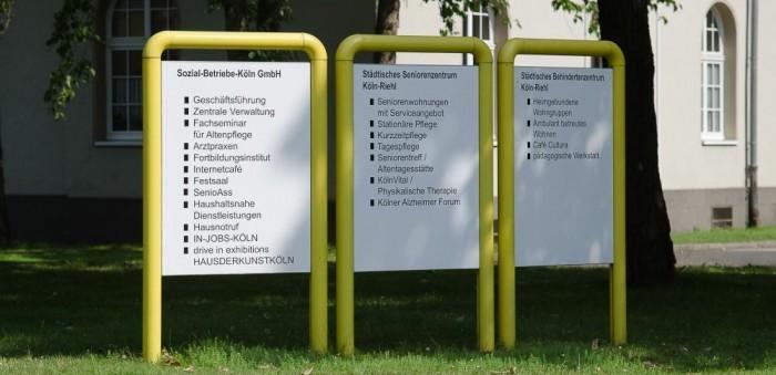 Wegweiser mit dem vielfältigen SBK-Angebot am Standort Riehl