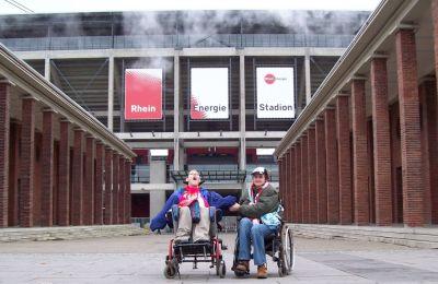Zwei Mitglieder des iFC vor dem Kölner Stadion