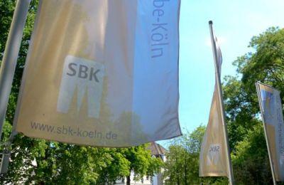 SBK-Fahnen flattern im Wind