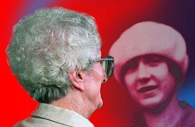 Ältere Dame betrachtet im Spiegel sich selbst als junge Frau (Montage, Symbolbild des Kölner Alzheimer Forums)