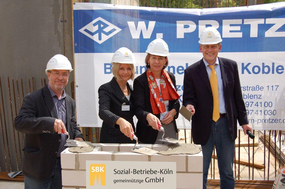 Bei der Grundsteinlegung der SBK von links: Dr. Walter Schulz (Stellvertretender SBK-Aufsichtsratsvorsitzender), Gabriele Patzke Einrichtungsleiterin Städt. Seniorenzentrum Köln-Riehl, Henriette Reker (Beigeordnete der Stadt Köln/Mitglied des SBK-Aufsichtsrates) und Otto B. Ludorff (SBK-Geschäftsführer)