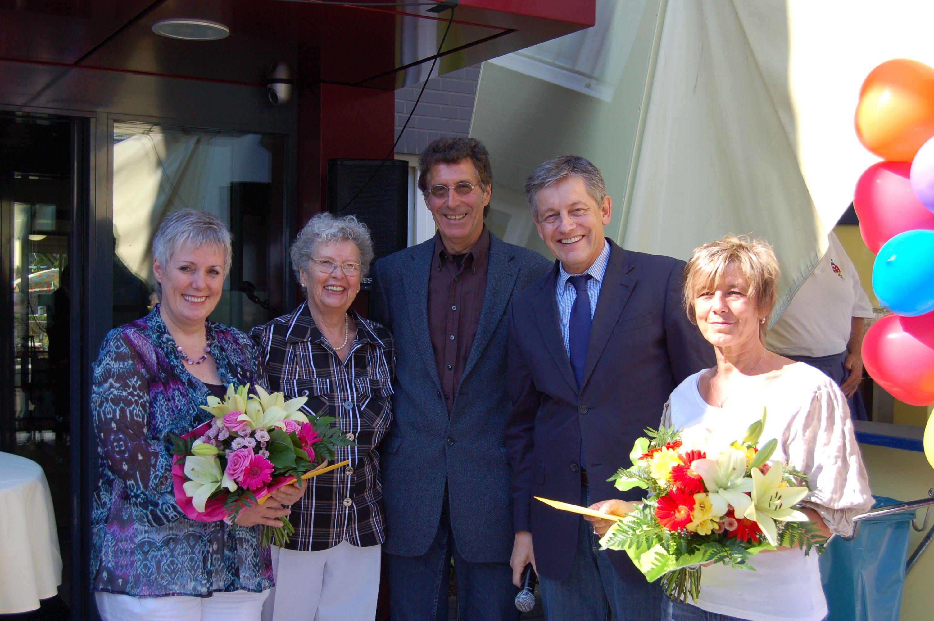 Von links: Renate Jülicher (Einrichtungsleiterin), Helga Köhler (Förderverein Gebrüder Coblenz Stift), Ossi Werner Helling (Vorsitzender des Aufsichtsrates der SBK), Otto B. Ludorff (SBK-Geschäftsführer) und Andrea Eyermann (Pflegedienstleiterin) bei der Eröffnung des Städtischen Seniorenzentrums Köln-Buchforst