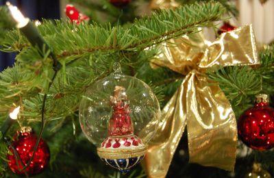 Nahaufnahme eines geschmückten Weihnachtsbaums