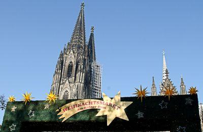 Eingangsschild des Weihnachtsmarkt – im Hintergrund der Kölner Dom