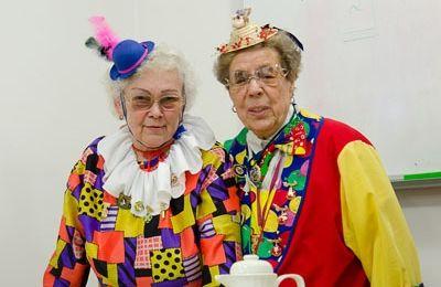 Die kostümierten Erna Rosenberger und Resi Pieper als ehrenamtliche Helferinnen während einer Karnevalssitzung der SBK