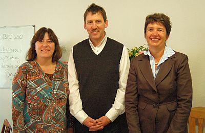 Von links: Petra Mohry (Vertreterin der GbR), Wolfgang Schaefer (Leiter Häusliche Pflege SBK) und Sybille Wegrich (GAG-Vorstandsmitglied)