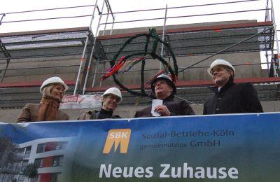 Beim traditionellen Richtspruch von links: Gabriele Patzke (Einrichtungsleiterin Städt. Seniorenzentrum Köln-Riehl), Ossi Werner Helling (SBK-Aufsichtsratsvorsitzender), Frank Jonen (Polier Firma W. Pretzer) und Otto B. Ludorff (SBK-Geschäftsführer).