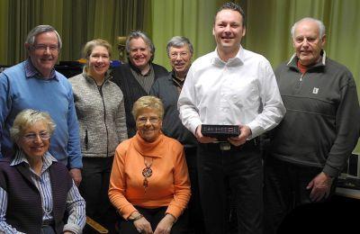 RTW-Sales Manager Martin Leuenberg (weißes Hemd) mit Peakmeter und dem Team von Silberdistel-TV
