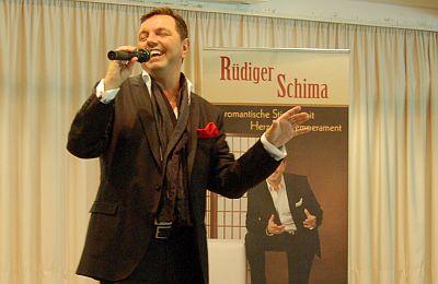 Rüdiger Schima bei seinem Auftritt im Festsaal der Sozial-Betriebe-Köln in Riehl