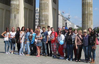 Der diesjährige FSJ-Jahrgang der Sozial-Betriebe-Köln am Brandenburger Tor in Berlin