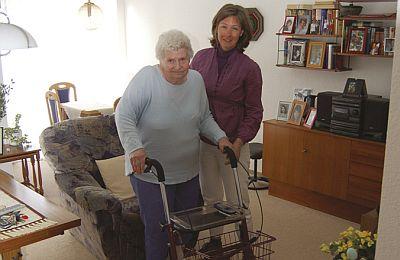 Ehrenamtliche SenioAss-Helferin mit einer Seniorin in deren Wohnung