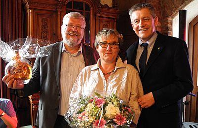 """SBK-Geschäftsführer Otto B. Ludorff (rechts) bedankt sich bei Angelika Glasemacher und Präsident Klaus Salzsieder von den """"Lyskircher Junge"""""""