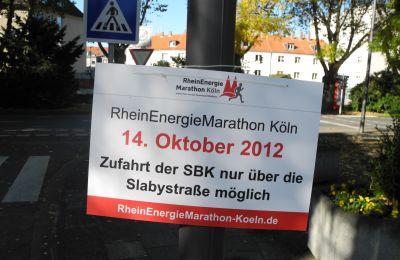 Hinweisschild zur Verkehrsführung während des Köln-Marathons 2012