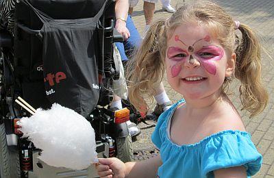 Geschminktes Mädchen mit Zuckerwatte auf dem 40. Annafest der SBK
