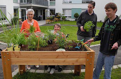 Gruppenbild zur Hochbeetübergabe (von links): Ottilie Beilschmidt, Elisabeth Koenen, Jens Steinhausen und David Frenske