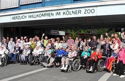 Gruppenfoto vor dem Haupteingang des Kölner Zoos