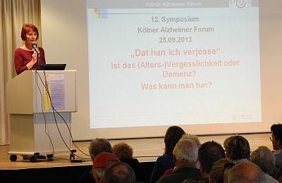 Heike Georg, die Koordinatorin des Kölner Alzheimer Forums, führt durch das Programm des Symposiums