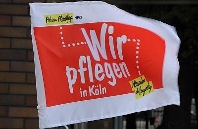 """Autofahne der Aktion """"Wir pflegen in Köln"""""""