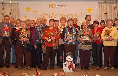 """Nachdem sie ihr Weihnachtspräsent erhalten hatten, stellten sich einige der """"Stillen Stars"""" zum Gruppenfoto auf."""