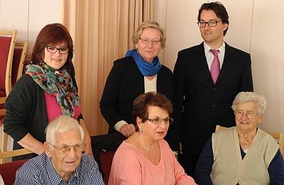 Vorstellung des Café Kränzchen (hinten von links): Dorothee Streffer-Glahn (Projektleiterin), Astrid Näthke (Leiterin SenioAss Demenz) und Felix Waniek (Dr. Erika-Fritsch-Stiftung) mit Gästen und einer Angehörigen