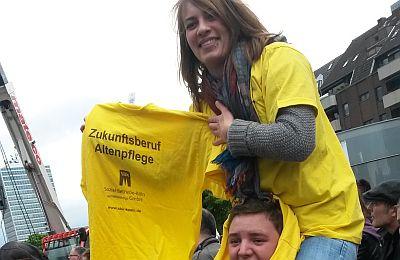 """Eine Teilnehmerin des Fachseminars mit dem gelben SBK-T-Shirt """"Zukunftsberuf Altenpflege"""""""