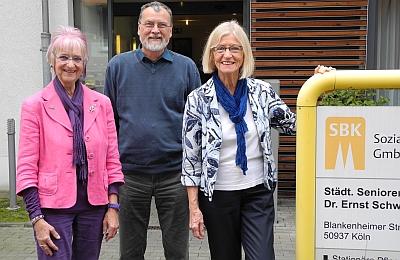 (von links:) Monika Kampmann, Einrichtungsleiter Eberhard Wagner und Ingrid Ittel-Fernau vor dem Eingang des Seniorenzentrum Sülz