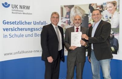 Übergabe der Urkunde an F. W. Gramm und M. Zabelberg