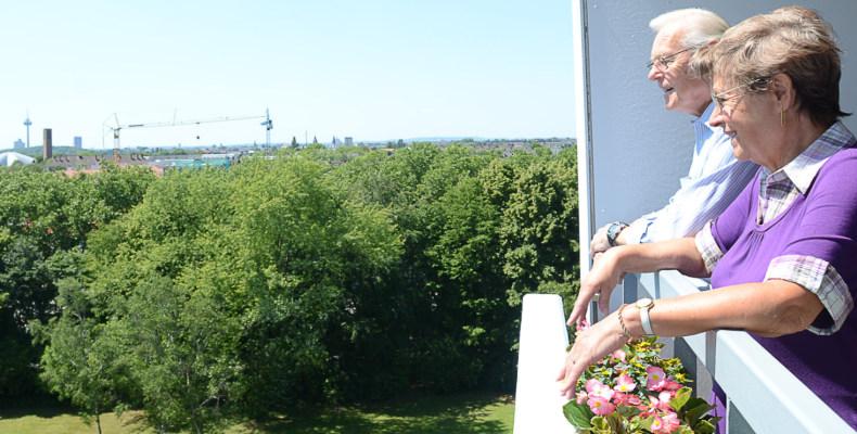 SBK - Seniorenzentrum Riehl - Mieter auf ihrem Balkon