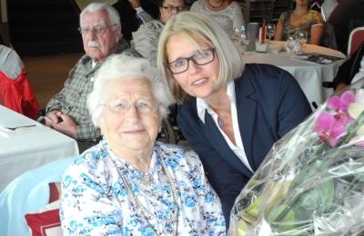Mit der hundertjährigen Mina Tetem wurde die älteste Teilnehmerin der Fahrt geehrt..