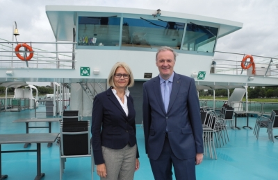 Gabriele Patzke, die Stellvertretende Geschäftsführerin der SBK mit Bürgermeister Dr. Ralf Heinen.