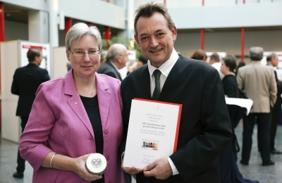 Personalleiter Thomas Philippi und Mechthild Kutscher, Leiterin des SBK-Fachseminars, präsentieren die Auszeichnungsurkunde