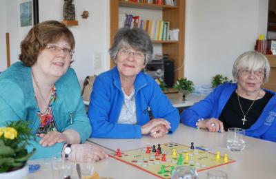 Café Kränzchen Bocklemünd: Projektleiterin Gabriele Dein mit zwei Besucherinnen
