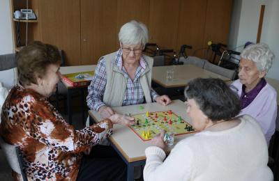 Café Kränzchen Bocklemünd: Vier Besucherinnen bei einem Brettspiel.
