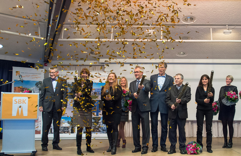 Oberbürgermeisterin Henriette Reker zündet eine Lametta-Rakete.