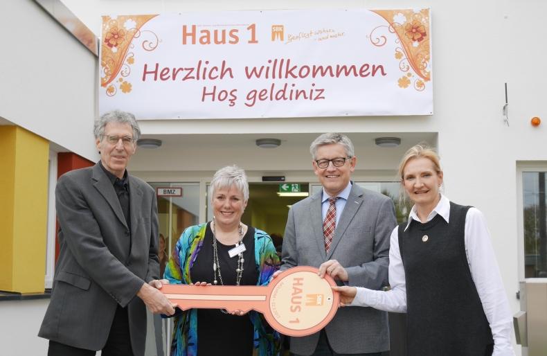 Offizielles Gruppenbild bei der Eröffnung: (v. l.) der Vorsitzende des Aufsichtsrates Ossi W. Helling, Einrichtungsleiterin Renate Jülicher, SBK-Geschäftsführer Otto B. Ludorff und Susanne Hohenforst, die Leiterin des Bezirksamtes Mülheim.