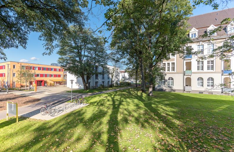 90 Jahre auf einem Blick: Links das neu erbaute Pflegeheim Haus 1 - rechts ein altes Kasernengebäude (heute Seniorenwohnungen).