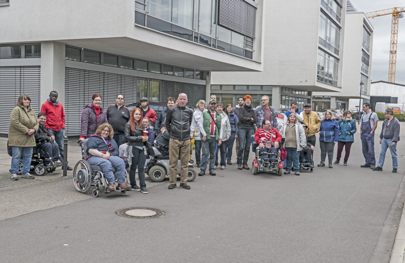 Gruppenbild der Beschäftigten sowie der Mitarbeiterinnen und Mitarbeiter im Büro-Campus-Deutz.