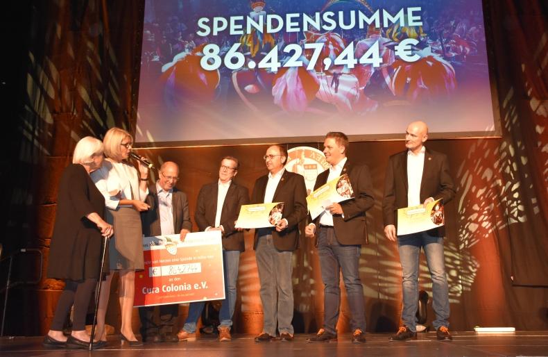 Dank ans Dreigestirn (von links) Gertrud Vogel, Gabriele Patzke, Dr. Walter Schulz, Festkomitee-Präsident Christoph Kuckelkorn, Erich Ströbel, Michael Gerhold und Christoph Stock.