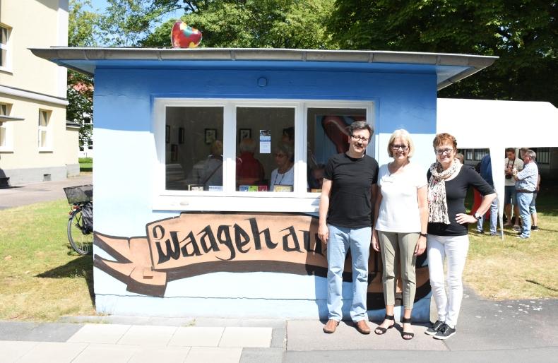 SBK-Geschäftsführerin Gabriele Patzke (Mitte) steht mit den beiden Künstlern Alper Kara und Anne Krick  vor dem Waagehaus.