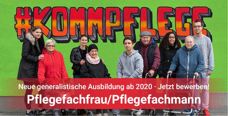 Gruppenbild vor dem  Graffiti #kommpflege. Dazu der Text: Neue Ausbildung ab 2020 Pflegefachfrau, Pflegefachmann.