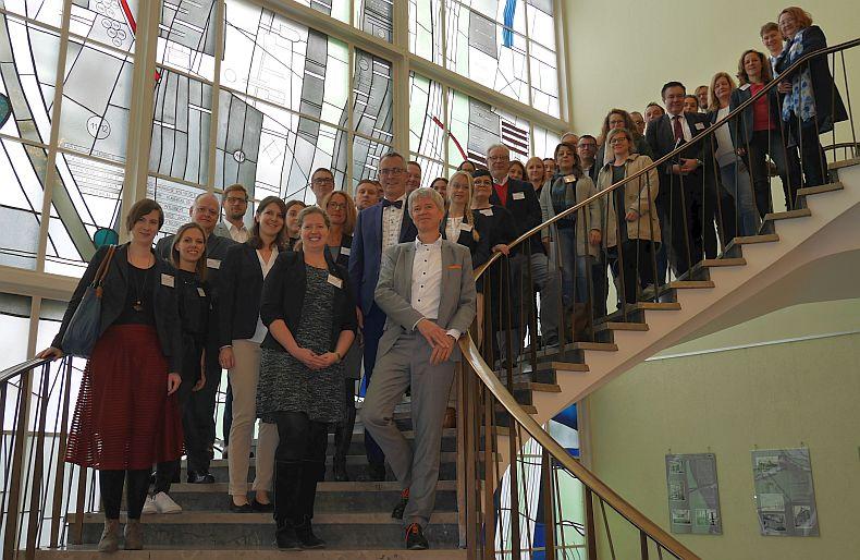 Umweltdezernent Dr. Harald Rau und Bürgermeister Andreas Wolter (im Vordergrund rechts) mit Vertreter*innen der teilnehmenden Unternehmen und Projektpartner.