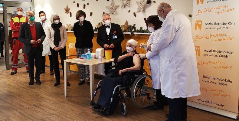 """Gertrud Vogel, 92-jährige Pflegeheimbewohnerin des Seniorenzentrums Riehl, erhält die erste """"Corona-Impfung"""" Kölns."""