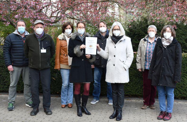 SBK-Geschäftsführerin Gabriele Patzke (rechts) und Projektleiterin Claudia Klessing mit der Ökoprofit-Urkunde – dahinter einige Mitglieder des SBK-Umweltteams